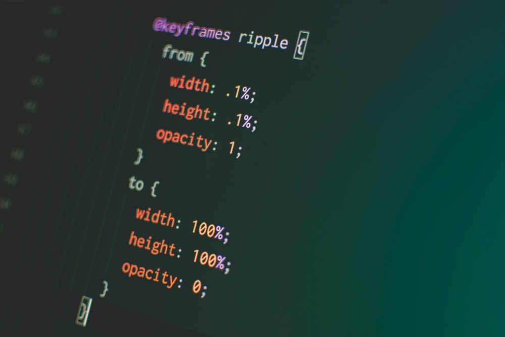 Code CSS sur écran foncé pour le design web par le Médiamaticien